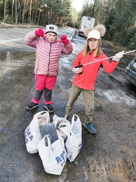 NEI TIL SØPPEL I NATUREN: Susanne Orebråten og Aurora T. Strømsodd fikk litt av en fangst.