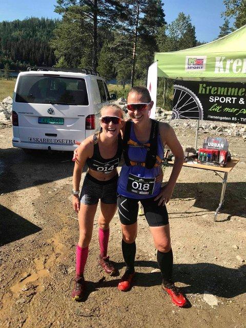 Henny og Hanna fornøyde i mål etter 21 km.