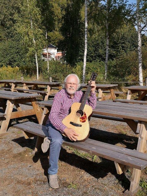 Utekonsert: Fredag formiddag holder Ove Reidar Venås konsert utenfor Ringerike Frivilligsentral.