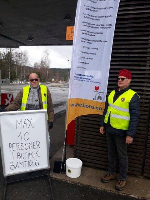STO KORONAVAKT: Kjell Haugen (til venstre) og Erland Strømmen sto koronavakt på Nes i Ådal.