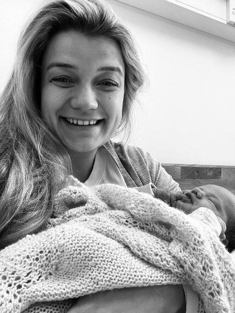 TOBARNSMOR: Kristine Banggren Gripsgård (27) har blitt mamma til lille Hedvig. Nå har hun og ektemannen Sindre Gripsgård, to døtre.