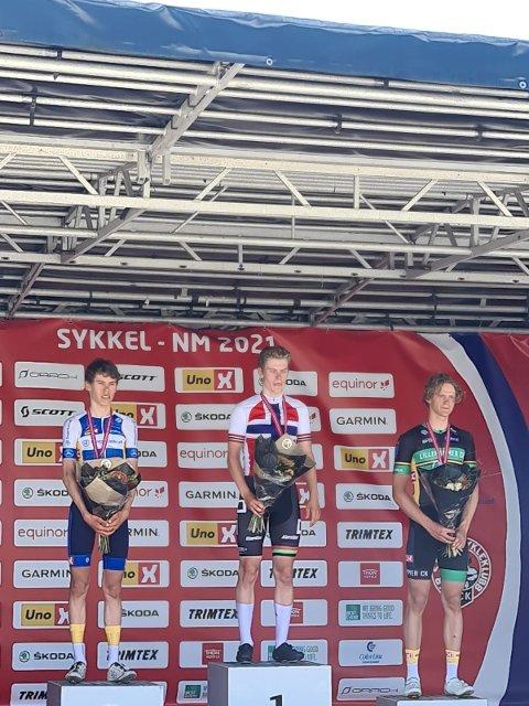 Ola Sylling (til venstre) fra Ringerike Sykkelklubb sikret et sterk andreplass på fellesstarten i NM søndag. Vinner ble Per Hagenes fra Sandnes, og tredjeplassen gikk til Even Thorvaldsen fra Lillehammer.