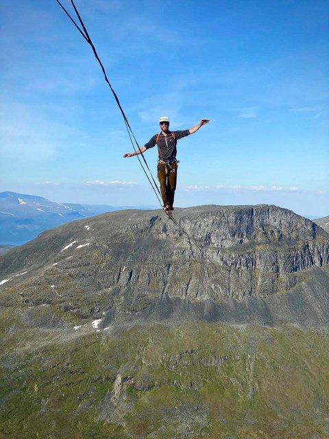 REKORD: Her går Martin Gravdal på line 600 meter over bakken. Han endte opp med ny norgesrekord, satt i Nord-Sverige.