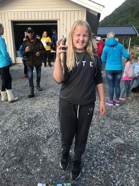 GLAD:Linn Abrahamsen 9 år fikk en fisk som veide 317 gram.