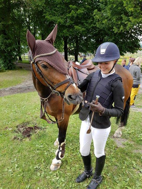 GLAD: Emilie Braathen gir hesten sin Barney skryt.