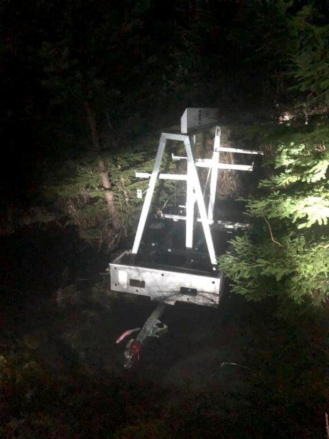DUMPET: Den tomme stillashengeren ble funnet dumpet i en skråning i Gransherad. Selve innholdet er borte. (foto privat)