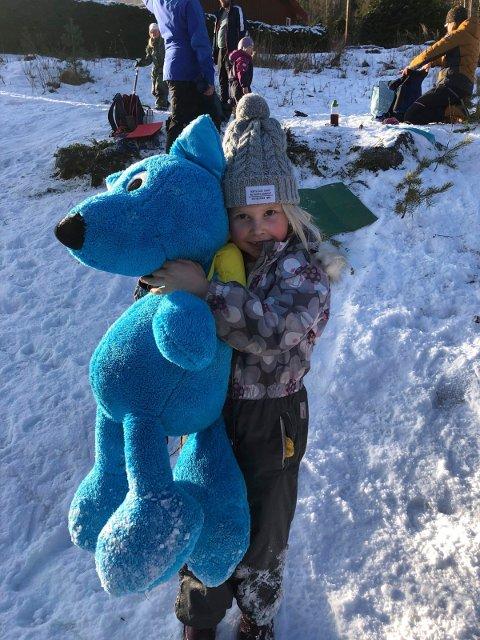 BLÅ KOSEBAMSE: Andrea Vaa Kristiansen (7 år) syns det er veldig stas å være med Turbo på tur.