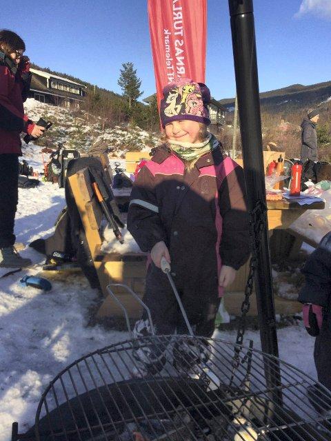 PÅ TUR: Mille Lauvstad (7 år) griller marshmallows og nyter sola.