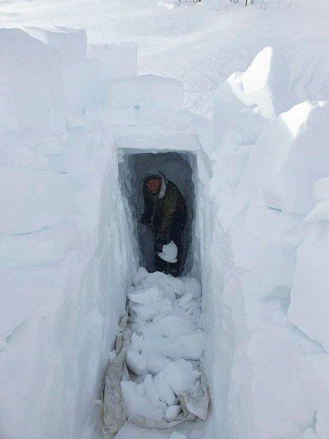 SNØ: Ingen grunn til å grave seg ned i bekymringer, når en har snø å spa i. Jørgen Sando i Rjukan Speidergruppa gravde ut en snøhule ved Langefonn i helga. Nå står den klar til fri  bruk.