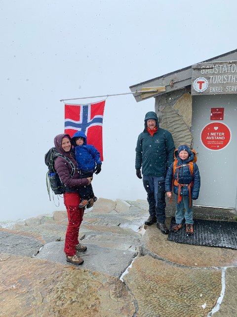 Bendik og Line Svendsen, med barna Haakon 7 år og Ole 4 år, fra Lillesand var blant dem som gikk til toppen på fredag.