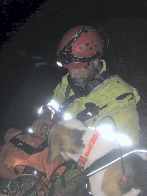 GLAD: Hågen Skipper fra Tinn brannvesen med hunden som han var med å redde.