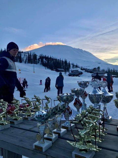 PREMIEBORDET: Det bugnet av premier under Rjukan-mesterskapene i Storslalåm og Slalåm 2020 og 2021 på Gausta skisenter.