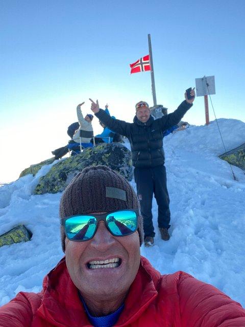 KVELD: Torgeir Urdal på toppen lørdag kveld med et 50-årslag.  -  Og akkurat nå klokka 22.31 ser vi sola gå ned i vest – mot Hallingskarven. Imorra tidlig skal vi opp klokka 04.21 for å se solen stå opp i øst, sier han (alle fotoTorgeir Urdal)