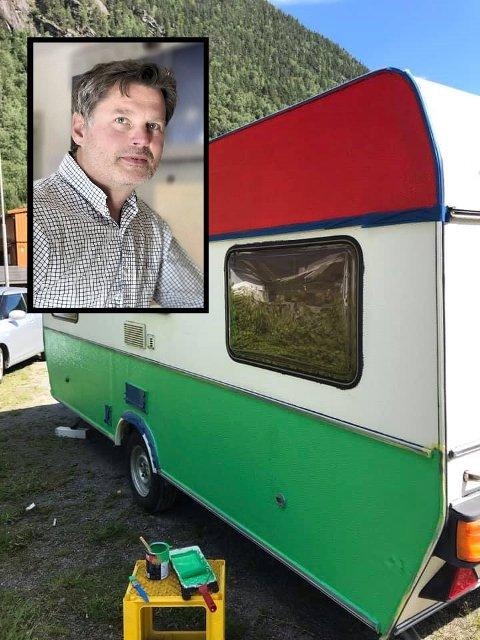 MALT FREDAG: Stortingskandidat Jørn Langland malte campingvogna i SV-farger før helga, men mandag kveld ble den stjålet.