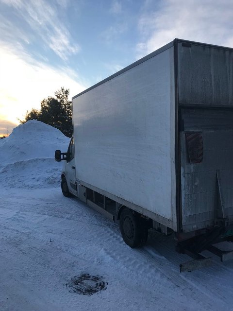 STOPPET: Denne varebilen ble først stoppet med 500 kilo overvekt. En time senere ble den stoppet med 600 kilo overvekt.