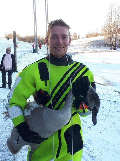 Redningsmann: Brannmann Hans Fredrik Hoen reddet svanen. (Foto: Brannvesnet)