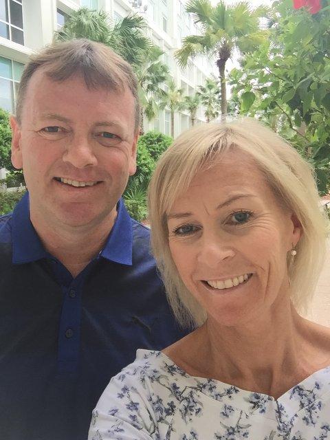 VED GODT MOT: Årnes-ekteparet Torill og Sten Jørgensen ved hotellet i Orlando.