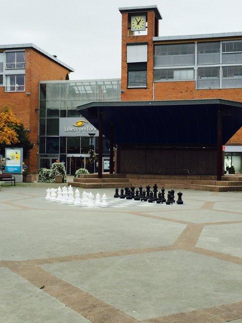 HJERNETRIM: Lillestrømbanken fiansierer både E-benken og sjakkbrikkene som nå er plassert ut på Torvet i Lillestrøm.