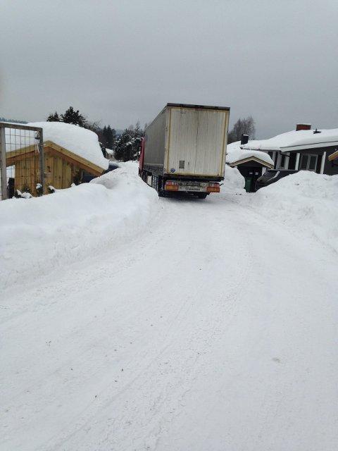 TRANGT: Et boligområde på Søndre Berger har hatt problemer med trailere som forviller seg inn i nabolaget og sperrer veien. Beboerne mener det skyldes at GPS-en viser feil. Nå vil kommunen rette opp i GPS-problemet.