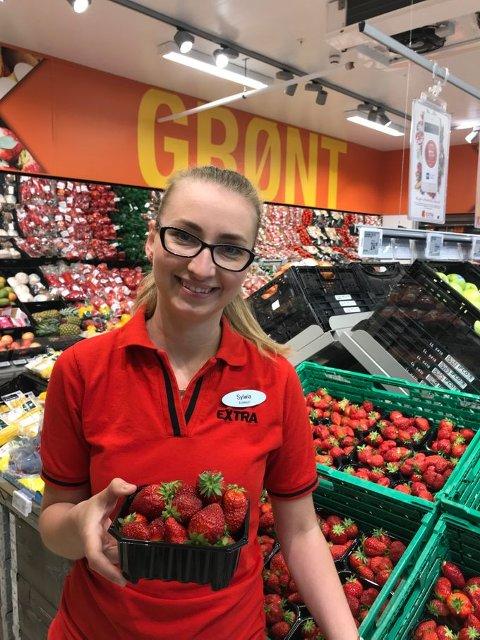 ETTERLENGTET: Butikksjef Sylwia Gorke i Extra Stryn fikk de første leveransene av norske jordbær lørdag. Foto: Coop