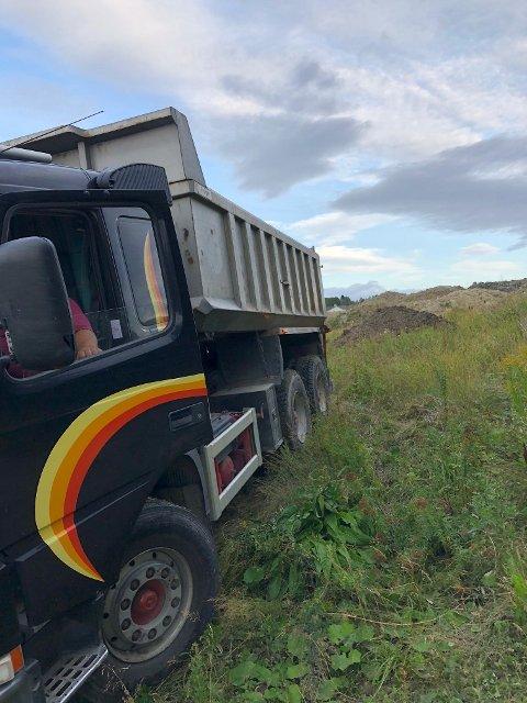 TATT PÅ FERSKEN: Dette bildet tatt onsdag kveld viser lastebilen som også flere ganger tidligere har dumpet masser ulovlig i Kjellerholen-området.