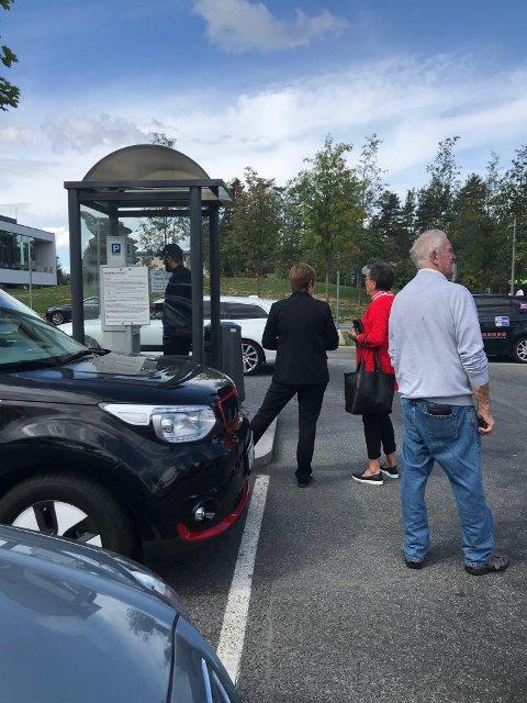 AUTMOATKØ: Forrige uke var det kø ved alle sykehusets betalingsautomater på parkeringsplassen utenfor sykehuset. FOTO: LINDA INGIER
