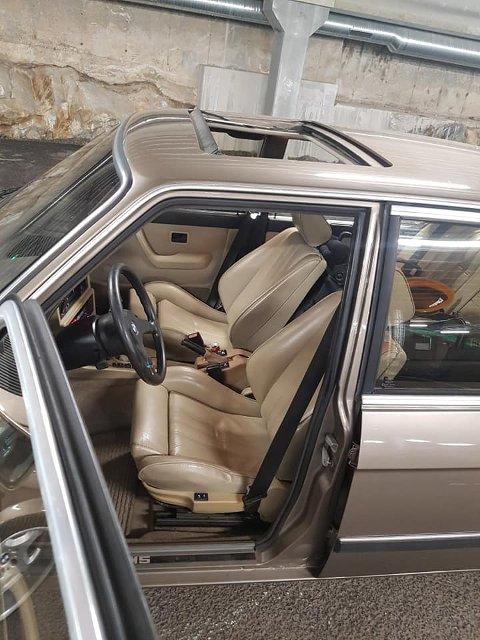FORSVUNNET: Bilen har beige interiør, og er en BMW M5.