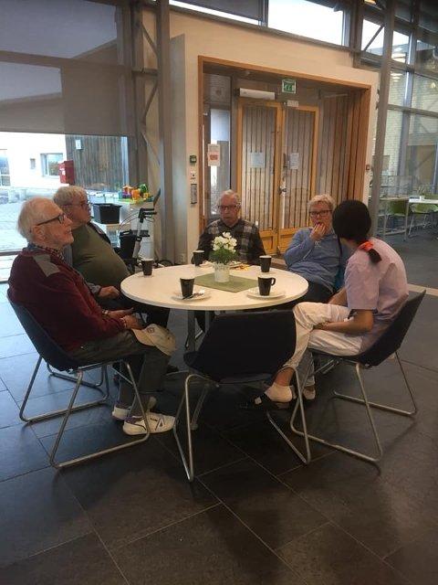 En prat rundt bordet med kaffe