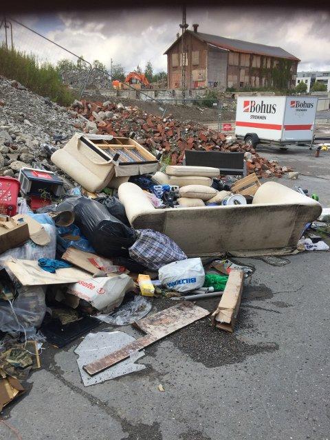 Skrothaug: Dette synet møtte Kari Elise Vollset på søndag. Teknisk sjef ved Strømmen Storsenter forteller at de dessverrer ofte opplever at folk kaster søpla på deres område.