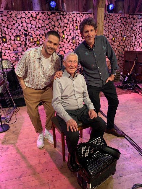 – Farfar har vært i Lillestrøm trekkspillklubb i 45 år, så jeg tenkte det var på tide at han kom seg på TV, forteller Holsten om farfaren som innførte musikken i familien.