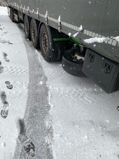SNØ: Dekkene på vogntoget, kombinert med tirsdagens føre, resulterte i at sjåføren måtte parkere.