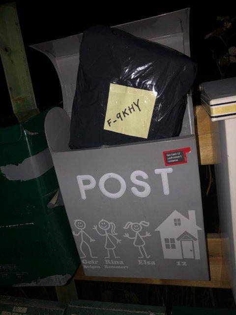 Rina Remmert skulle sende denne pakken med Helthjem og la den i postkassa klokka 22.15. Fire timer senere var den borte.