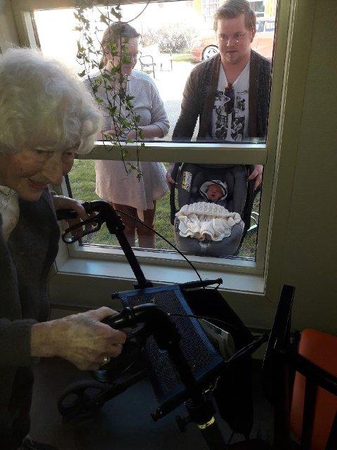 Inger Aatangen får møte oldebarnet sitt for første gang gjennom et vindu.