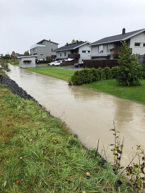 FLOM: Det er ikke mange centimeterene med vann som skal til før vannet når bebyggelsen på Rælingen.