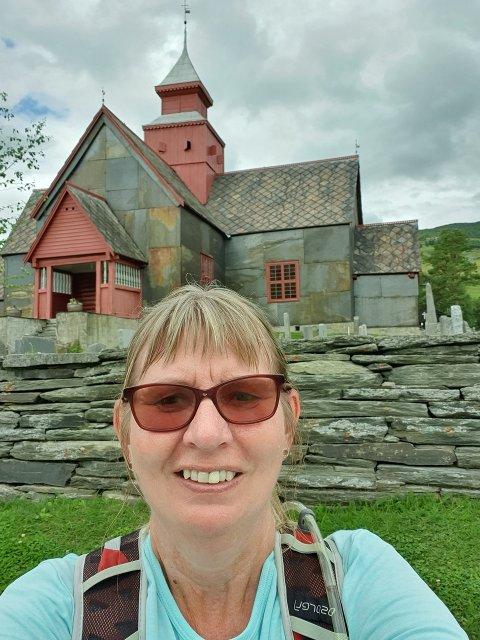Vandrer i stillhet: Inger Nordby, på vei over fjellet. Foto: Julie Messel