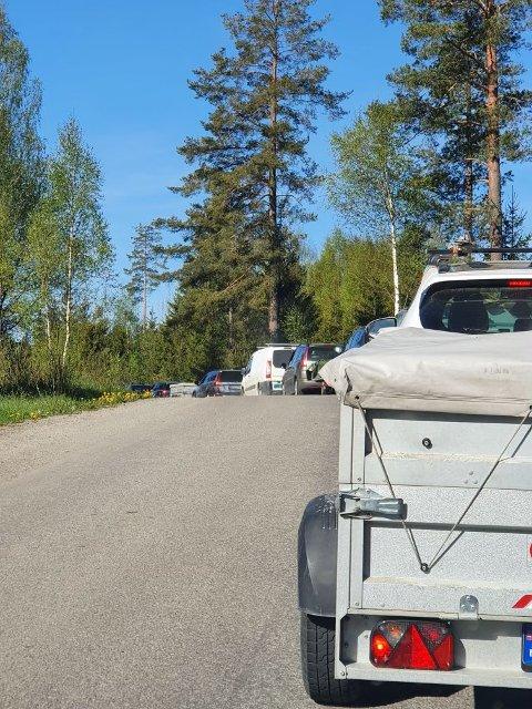 OVER 50 BILER: Rett etter åpning sto det 50 stasjoner i kø ved avfallsmottaket på Dal Skog.
