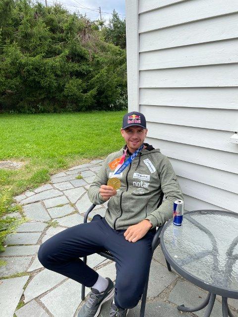 Endelig hjemme: Christian Sandlie Sørum slapper av på hytta til farmoren under karantenetiden. Sandvolleyballesset forteller om et spesielt grep som ga ham ekstra motivasjon på veien mot verdenstoppen.
