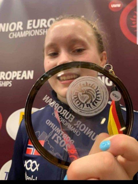 Viktoria feirer bronsemedaljen fra junior EM i bryting 2021