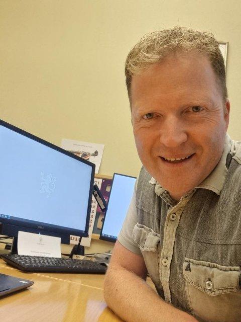 KRIBLER: Sigbjørn Gjelsvik roer nervene ved å gjøre kontorarbeidet han ikke har fått tid til under valgkampen.