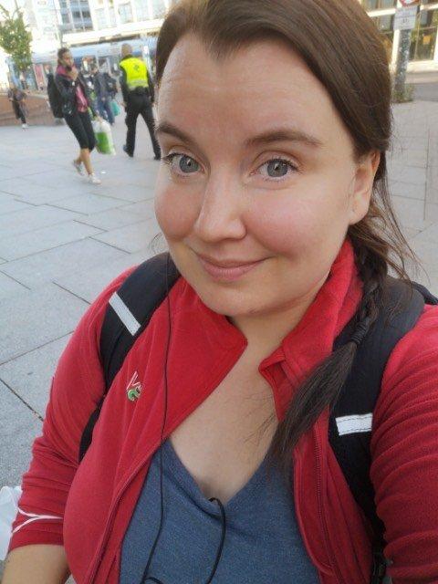 PÅ VEI TIL VALGVAKE: Tredjekandidat for SV i Akershus er Charlott Pedersen. Da Romerikes Blad ringte mandag kveld var hun på trikken på vei fra jobb til valgvake.