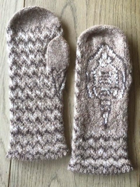 RØYKENVOTTEN: En trilobit og Røykengranitt er motivet som gjengis på votten som ble kåret til vinneren av Røyken Husflidslags vottekonkurranse.