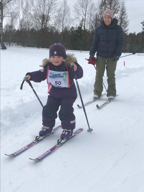 FØLGE: Victoria Loftstad (3) fikk følge av mamma Marte Areklett i løypa.