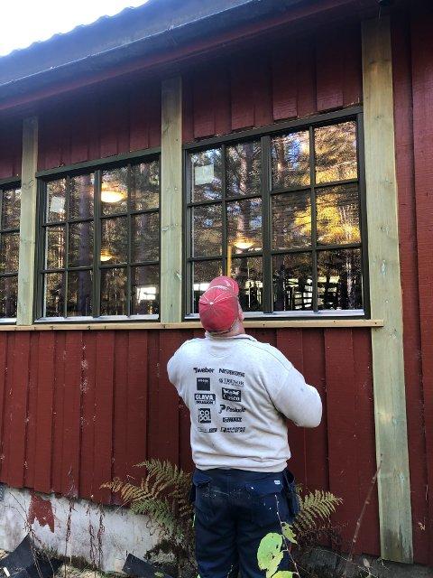 NY VINDUER: Oppgraderingen gjøres på dugnad. Her er styreleder Egel Holmquist i gang med utskifting av vinduer.