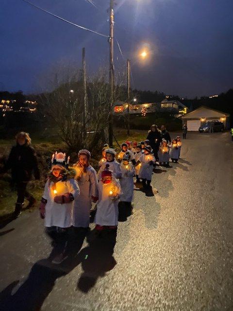 SMÅ LUCIAER: Barna i Stjernen barnehage i Hyggen tok luciafeiringen utendørs i år, med kjortler over yttertøyet, lys i hendene og store smil.