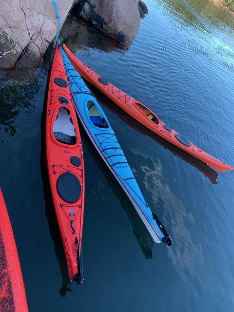 FUNNET: Tre sammenbundede kajakker er funnet i Oslofjorden, i Gråøysundet. Savner du dem?, ring politiet.