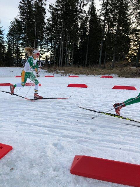 Johanna går så snøen spruter i bakkene.