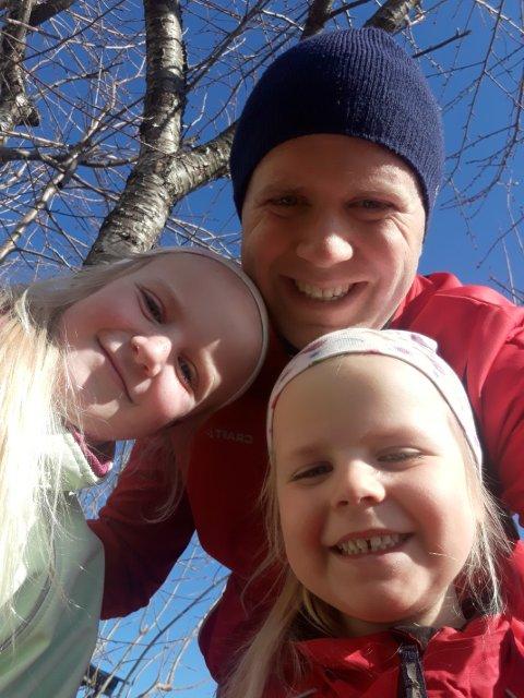 HJEMME: Aleksander Leet og døtrene Victoria og Cordelia har hjemmekontor, hjemmeskole og hjemmebarnehage.