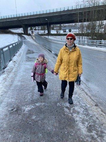 PÅ VEI HJEM FREDAG ETTERMIDDAG: Brit Sønsterud og barnebarnet Alma er på vei hjem fra skolen.