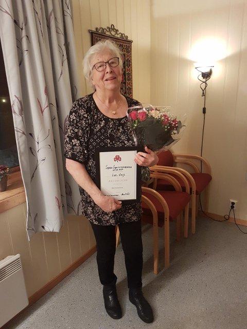 DIPLOM: Det ble delt ut en Æresdiplom og blomster til vår trofaste medlem Edel Vinje.