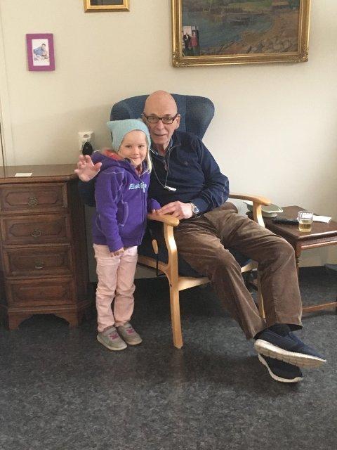 TRENGTE HJELP ETTER FALL: Her er Dag Enger sammen med barnebarnet Amilie Enger-Andersen (7) på Sandetun.